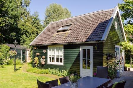 Tuinhuis met 2-persbed en badkamer - Utrecht