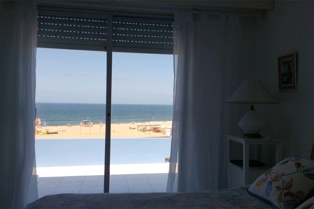 Amplio dormitorio principal, con buen ropero y baño en suite.