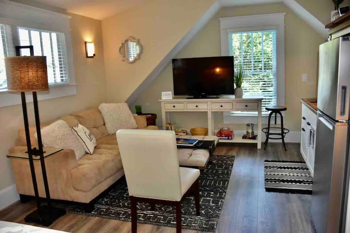 1 Bd/1 Bath Guest House! Walk to everything!!