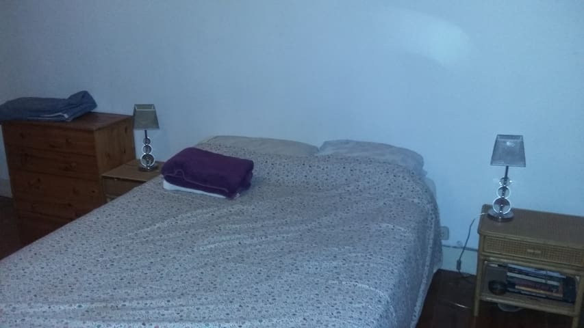 Private double bed room, Anjos. - Lisbon - Apartment