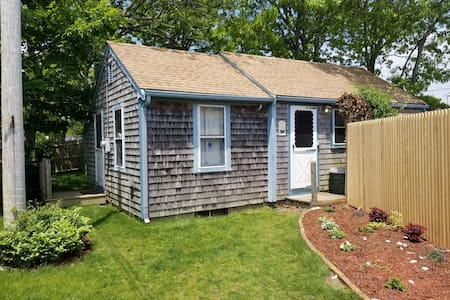 Cozy Cottage near Bay beaches great for a couple!