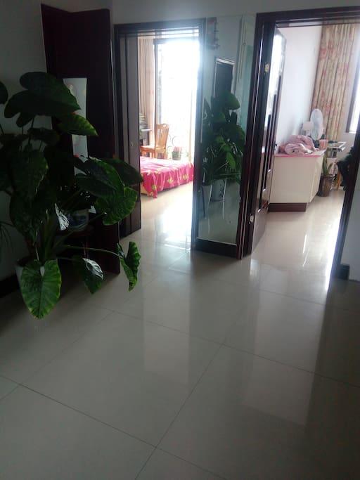 从客厅看到的两卧室