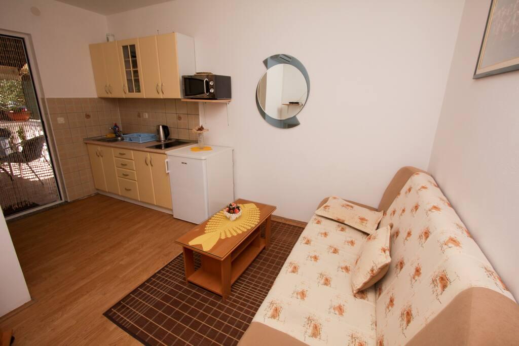 Obývací místnost s kuchyňským koutem