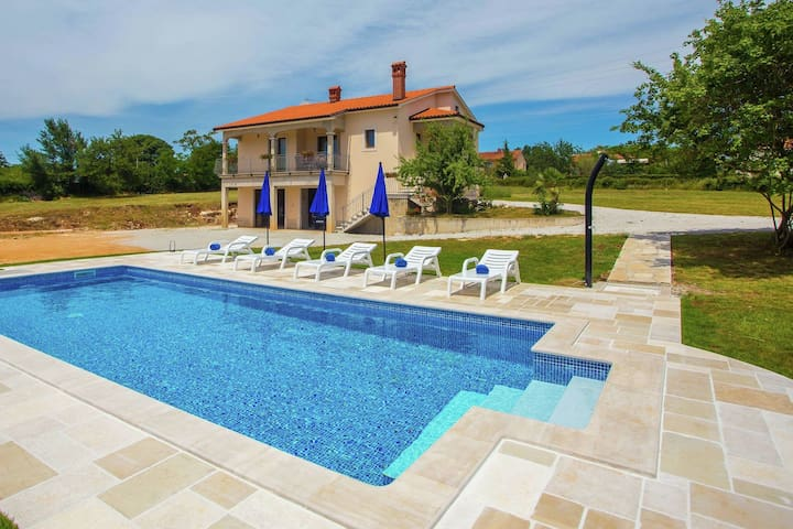 Three bedroom holiday house with large garden and private pool