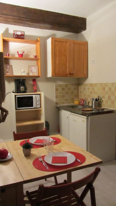 Kitchenette équipée d'un micro ondes, cafetière électrique, plaques cuisson, frigo, vaisselle et casseroles,plat de cuisson