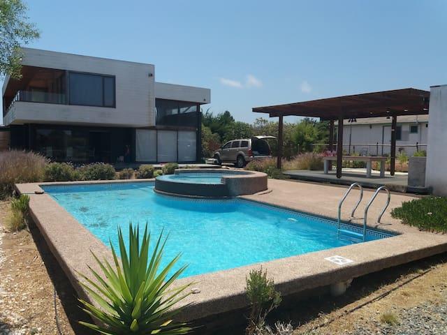 Casa 12 personas. Quincho-piscina y bajada a playa