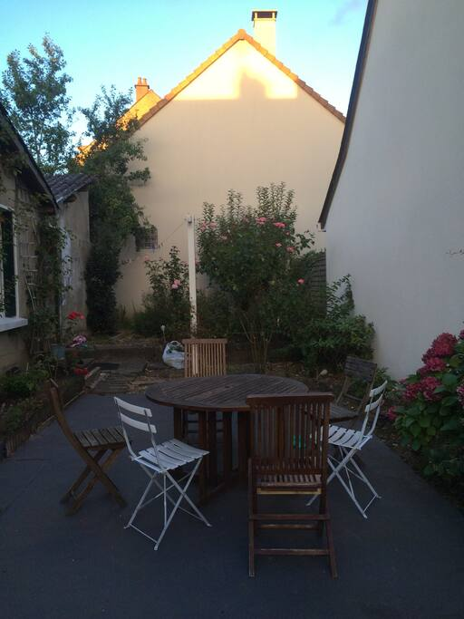 Jardin calme et agréable pour se reposer, idéal pour les apéritifs en famille.