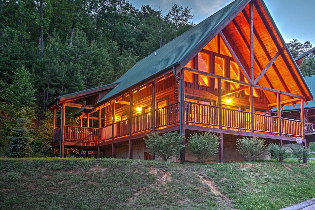Solid Ground Lodge With Yard Cabins For Rent In Pigeon