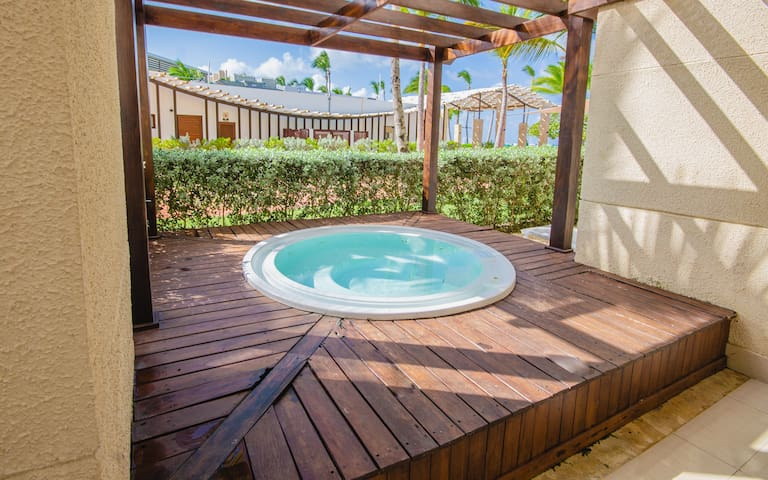 A101 Beachfront 3Bdm Jacuzzi slp8 Elect Included