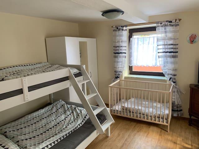 Schlafzimmer 2 mit Hochbett unten 140cm Breite und oben 90cm Breite