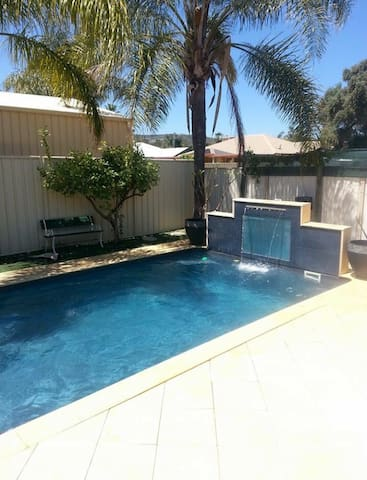 Backyard oasis - Maddington - Huis