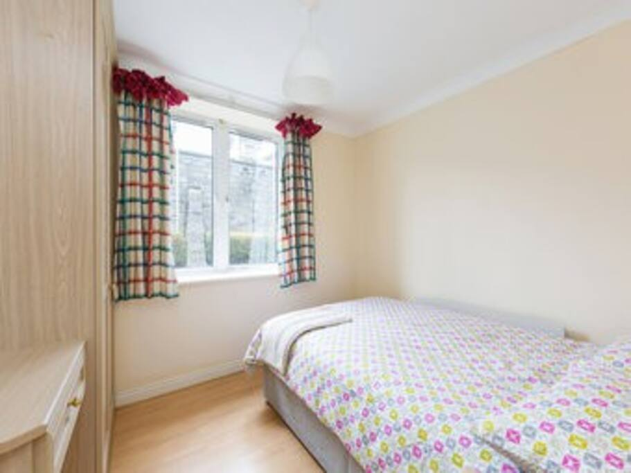 Quiet double bedroom with wardrobe space