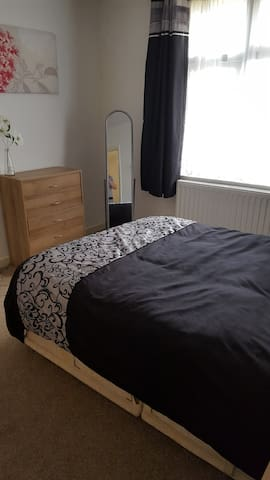 Double bedroom in Modern home close to airport - Luton - Bed & Breakfast