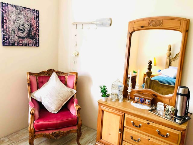 Room - Queen sized bed.  Plenty of closet space with hangers. Extensions and adaptors provided. Lovely pool view from the room. Comfortable and tranquil surroundings and beautifully decorated.   Equip with vanity dresser and Victorian arm chairs.