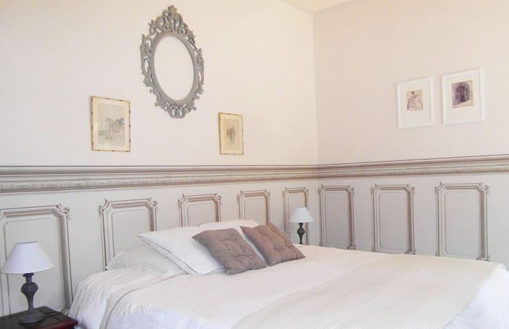 Votre chambre. Le confort d'un lit king size de qualité hôtelière.