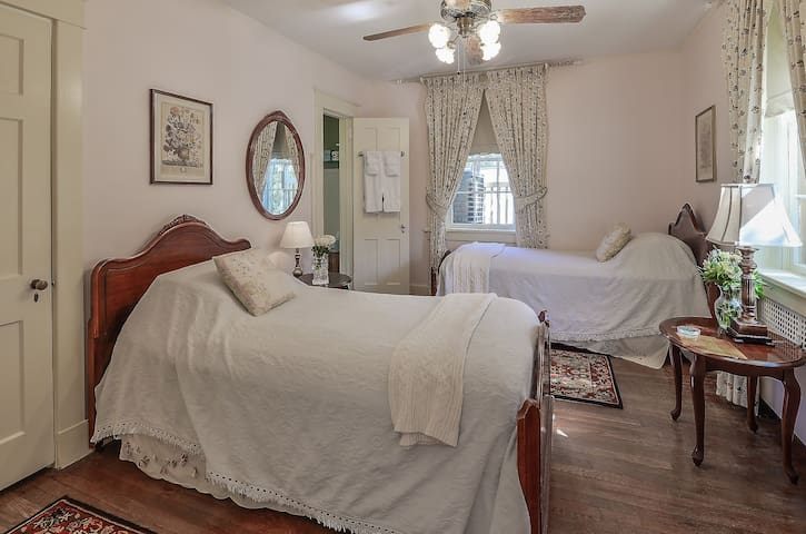 Double Twin Room with Gourmet Breakfast - Cedars B&B