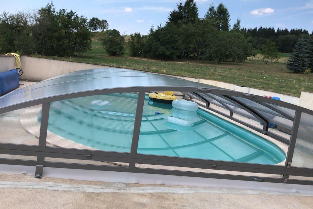Nouveau piscine fermée,l eau reste entre 23 degrés et 26 degrés.