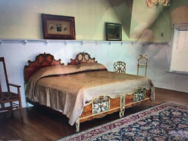 Campbell Inn and Antiques- 3 bedrooms 2 baths- apt