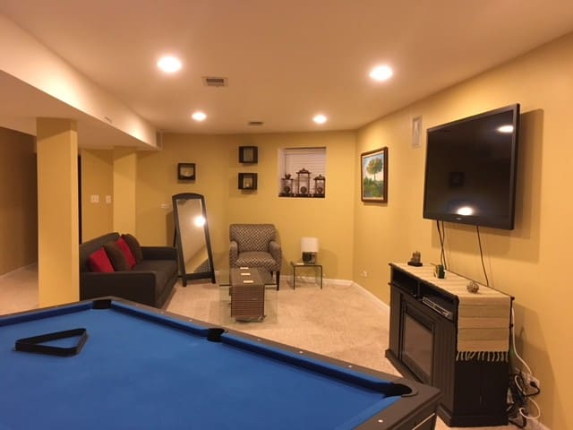 Luxurious Basement Suite, Steps From Lake & Train