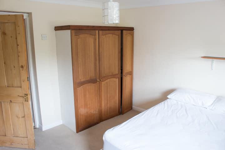 Bedroom- close to Heathrow & Hayes Harlington Sta