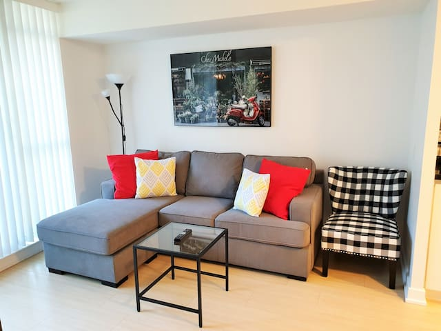 Large 1BR in DT Toronto ⭐Fast WiFi & Free Parking⭐