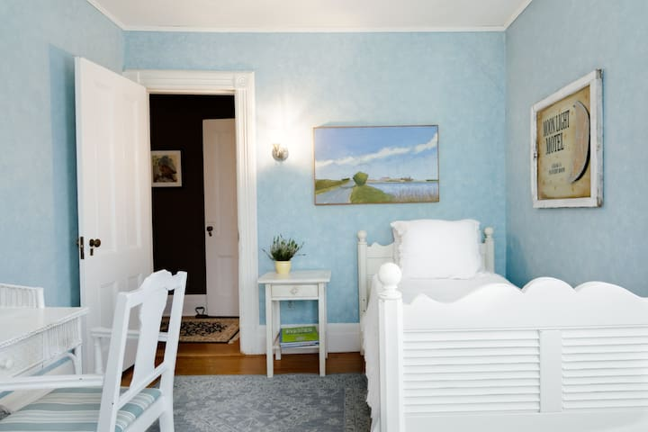 Top SINGLE Quaint Room Southampton Village