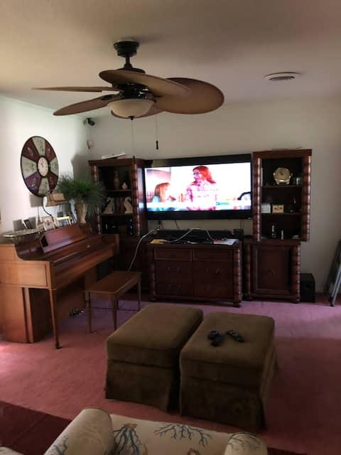 McKenzie House-Listing Queen Bedroom /2 adults.