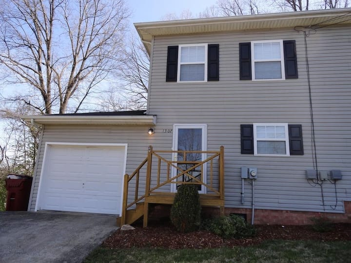 2 bedroom 1.5 bathroom home in Johnson City