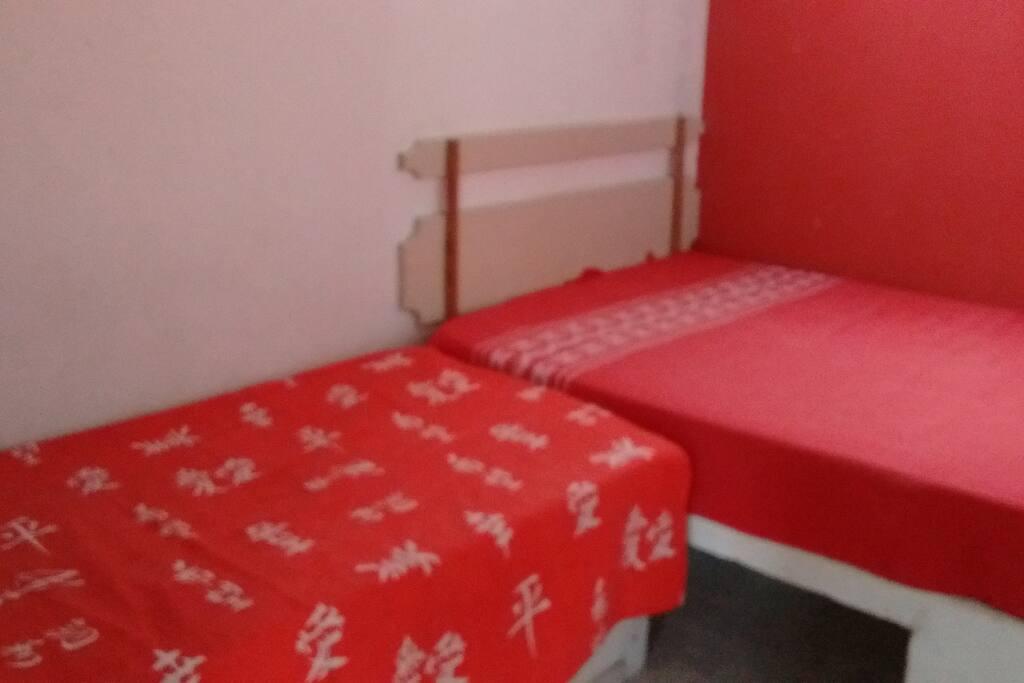 Quarto com cama de casal e de solteiro com ar condicionado
