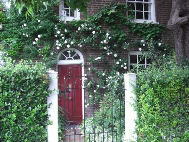 Stay in historic cottage in London
