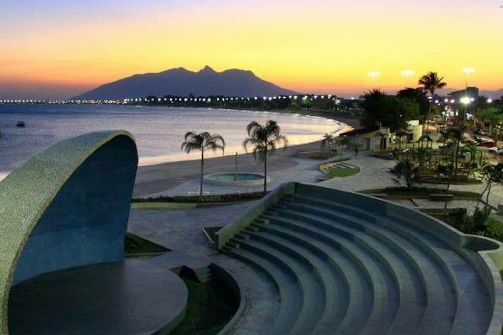 Praça da concha acústica no centro da cidade, ao fundo o Morro São João, localizado em Barra de São João!