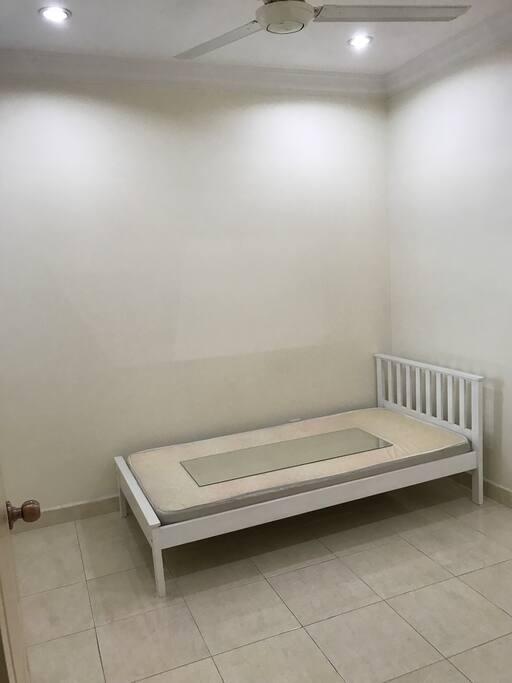 Single bedroom (ceiling fan only)