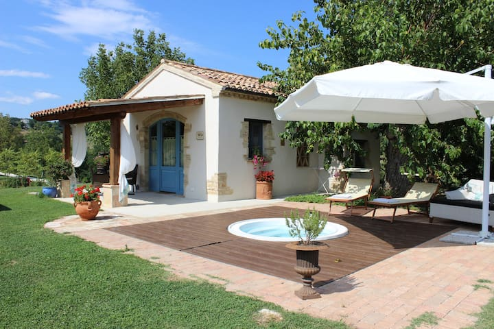 Luxury Cottage with Jacuzzi - Mondavio - Apartament