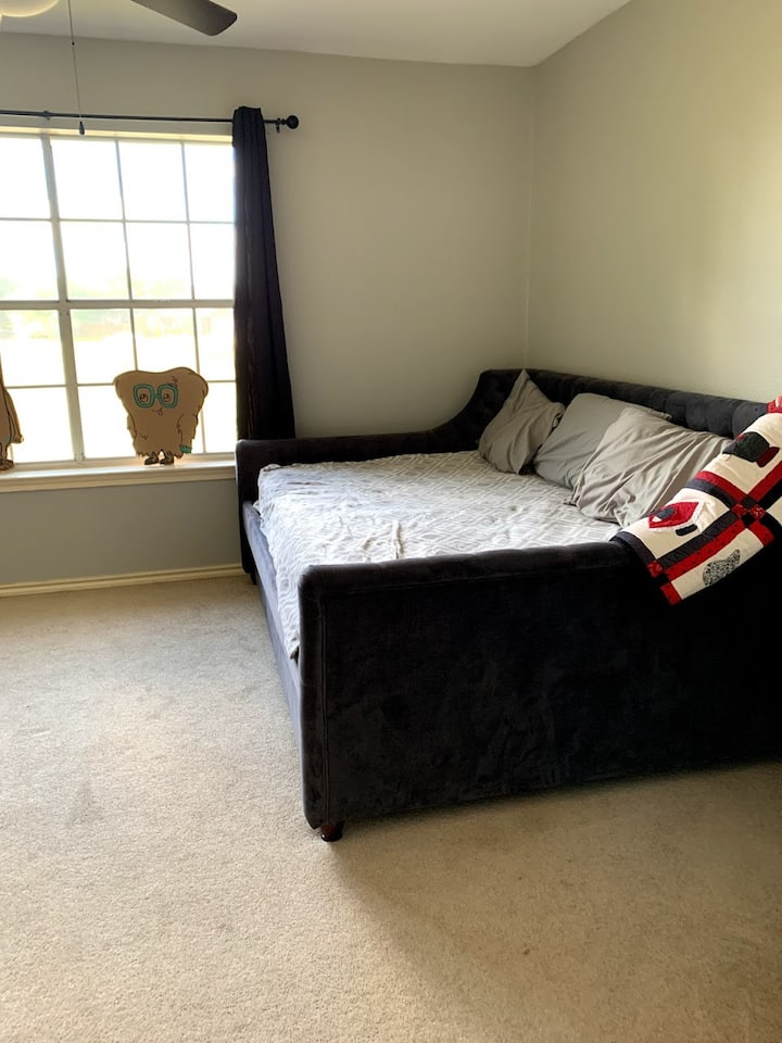 Room in Pflugerville, easy access to everything.