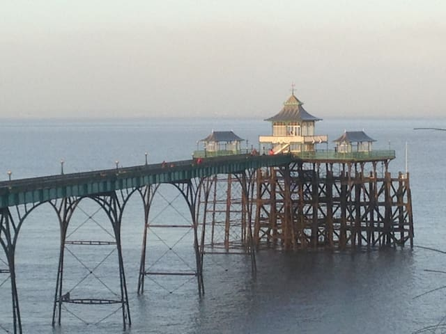 Clevedon Pier is 5 minutes walk away. It has 2 lovely cafes