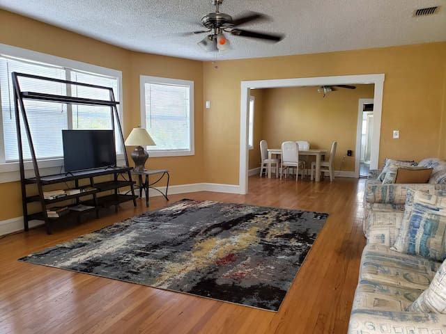Minutes from airport minutes from downtown 3BR 2BA