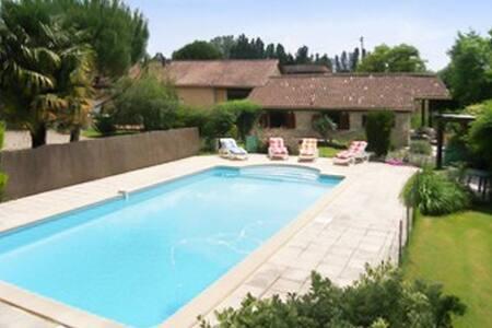 Spacious house w/ swimming pool - Esclottes - House