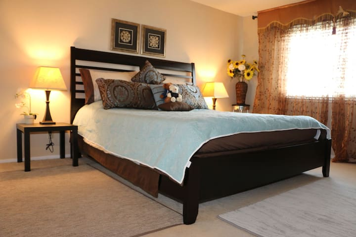 King Bed with private Shower near OAK!