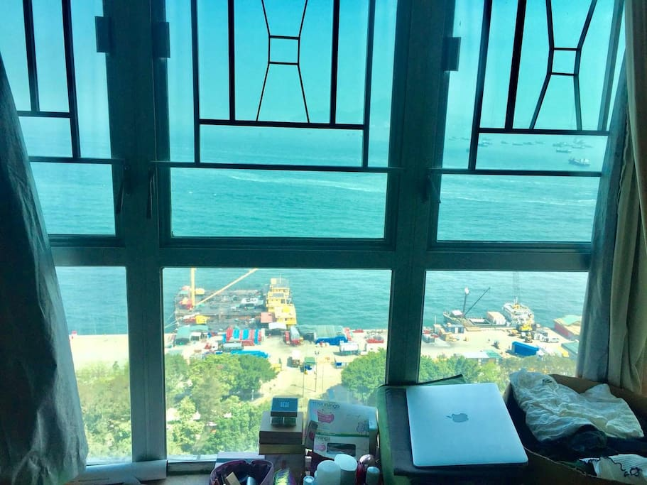 "楼下的码头是春娇与志明里的遛狗码头, ins上很火的拍照景点。 楼下还有政府的公共泳池, 很便宜就可以游泳。 Down there is the famous Sai Wan Pier, which is also called"" instagram pier"". You can jogging along the pier."