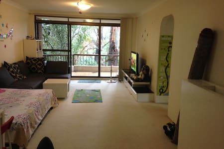 Sunny apartment with Greenery all around - Epping
