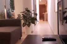 El apartamento cuenta con lavadora, televisión, wifi..y todos los utensilios para estar cómodos durante la estancia