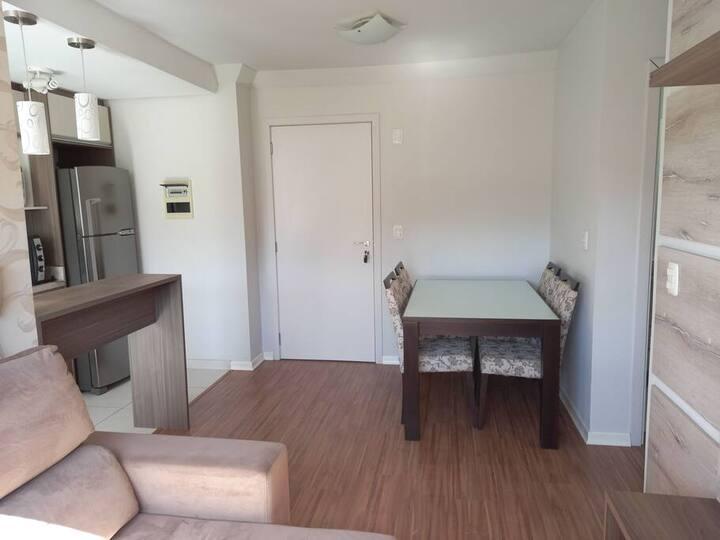 Apartamento em prédio familiar, com garagem.
