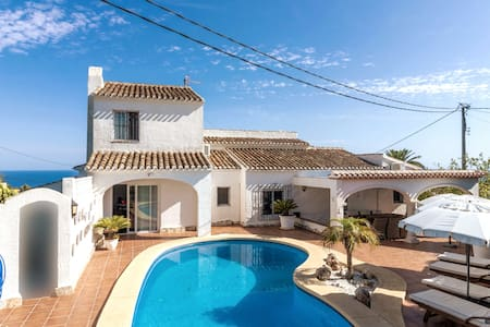 Luxury 4 bedroom villa with sea view and pool