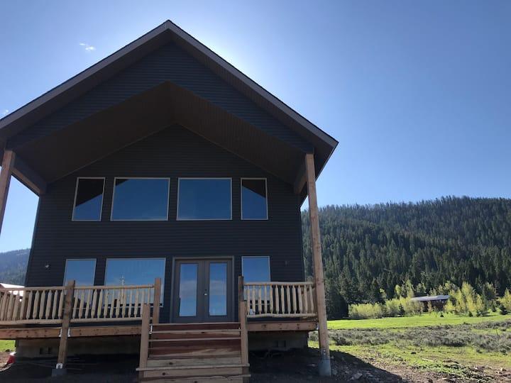 Howard Creek Retreat, Sleeps 10, By Yellowstone.