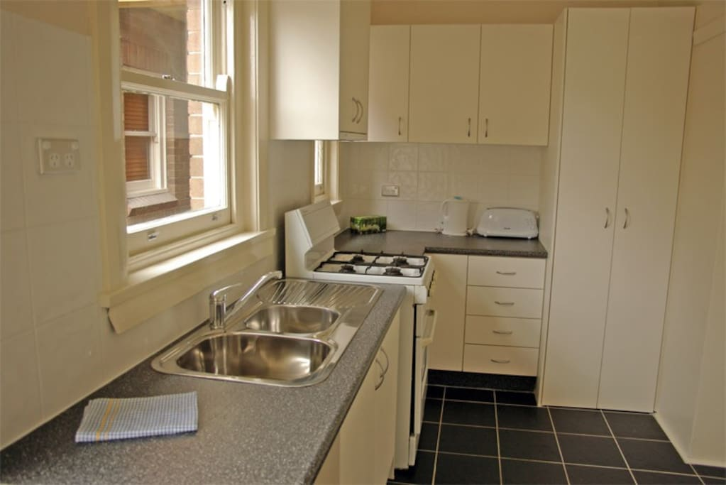 Fully equipped kitchen with washing machine and dryer