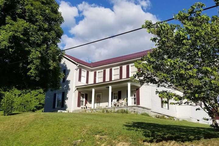 Country Quiet Home 6 miles from Buckhannon, WV.  Centrally located between Elkins, Weston, Philippi, and Clarksburg.. Scenic: Snowshoe, Canaan and Stonewall Resort, Seneca Rocks, Blackwater Falls,  plus much more. 15 miles to Clarksburg Mall & Dining