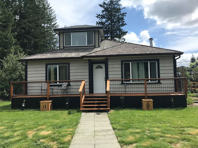 Charming 2-bedroom home near lake and town