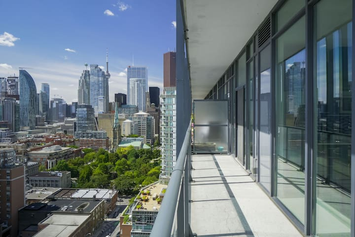 3 Bedroom Penthouse w/ Skyline View+ Free Parking