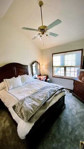 Blue Room (Queen Bed + Private Bath)