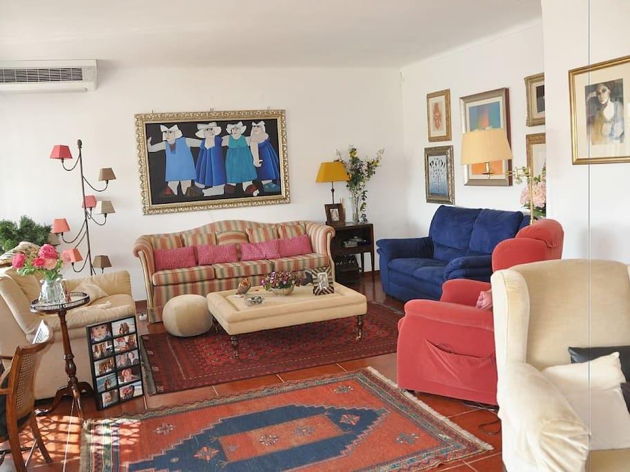 Sala de estar com 4 sofás e 2 maples onde se podem sentar as 8 ou 10 pessoas com todo o coforto.
